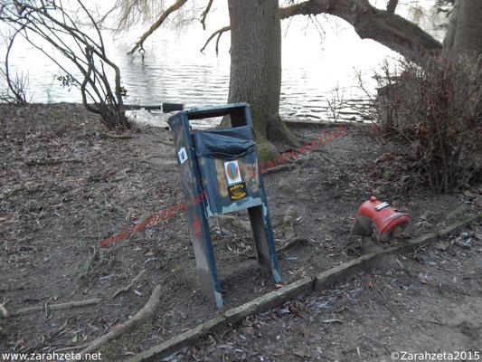 Verbeulter Mülleimer im Stadtpark