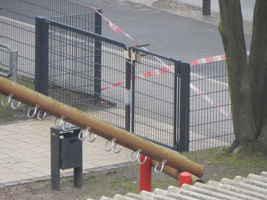 Baustelle Kinderspielplatz mit gesperrtem Eingangstor