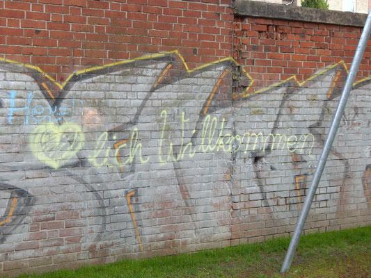Herzlich Willkommen als Kreideschrift an der Mauer