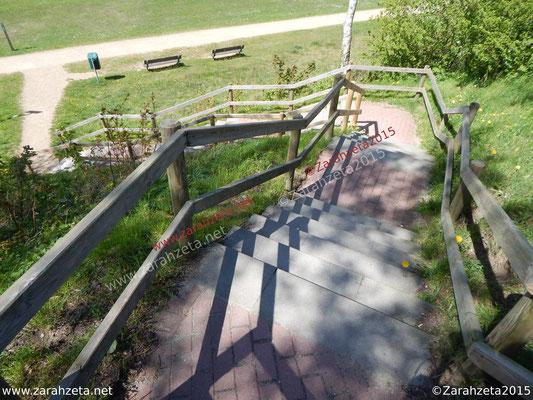Holzttreppe mit wirrer Konstruktion, Titel Unruhe