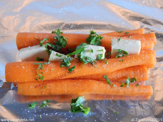 Karotten, Butter und frische Kräuter auf Alufolie