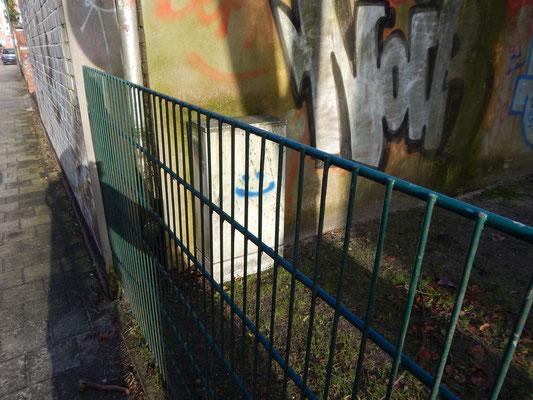 Baustelle Kinderspielplatz mit Smiley am Stromkasten