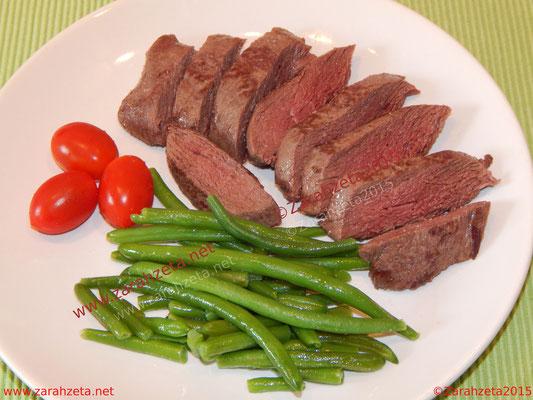 Gericht mit Straußenfilet und grünen Bohnen
