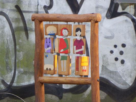 Holzdrehtafel auf dem Kinderspielplatz