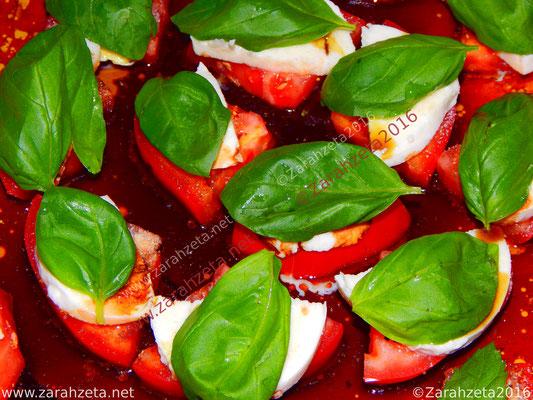 Tomate Mozzarella Salat mit frischem Basilikum