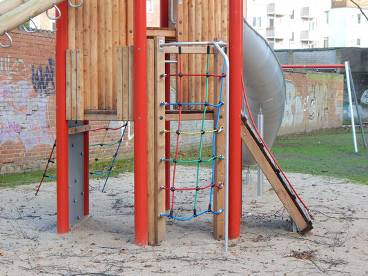 Neue Schaukel auf dem Kinderspielplatz