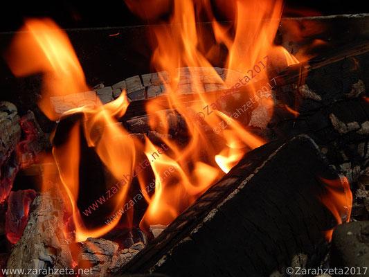 Flammen einer offenen Feuerstelle