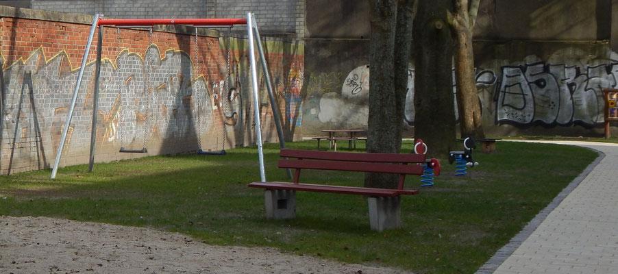 Baustelle Kinderspielplatz mit Schaukel