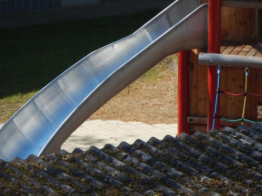 Rutsche auf einem Kinderspielplatz
