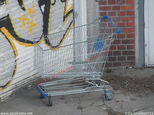 Abgestellter leerer Einkaufswagen