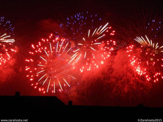 Rotes Feuerwerk am Himmel