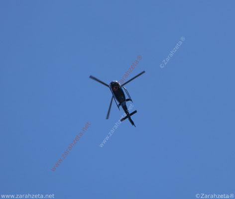 Helikopter am blauen Himmel