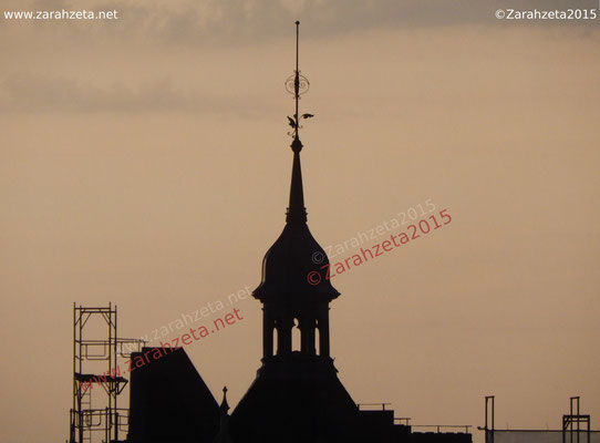 Silhouette eines Dachturms am Abend
