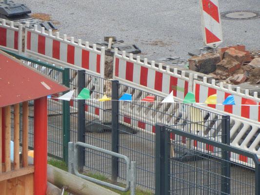 Dekorierte Baustelle auf dem Kinderspielplatz
