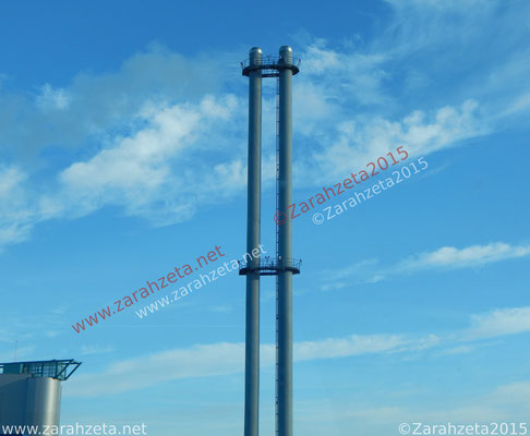 Moderner Industrieschornstein vor blauem Himmel, Titel Industrial