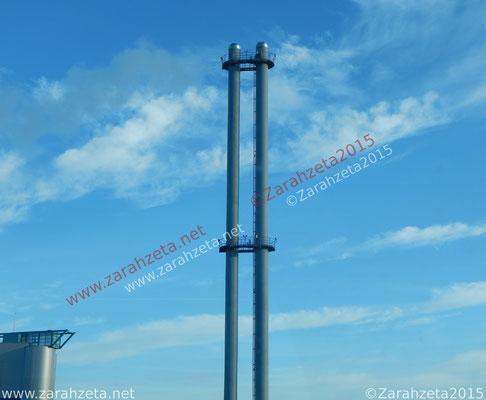 Industrial - Moderner Industrieschornstein vor blauem Himmel