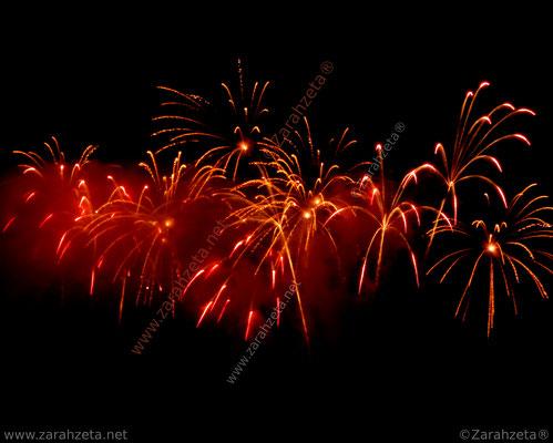 Rotes Feuerwerk am Nachthimmel