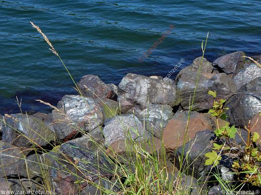 Glänzende Granitsteine am Kanalufer