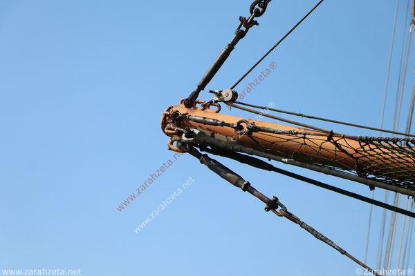 Segelquermast eines alten Segelbootes