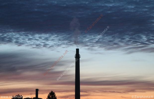 Industrieschornstein und schöner Abendhimmel