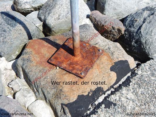 Verrostete Metallplatte auf Stein