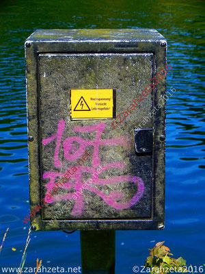 Pinkes Graffiti auf Stromkasten
