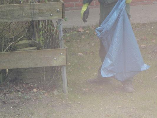 Endreinigung der Baustelle Kinderspielplatz mit Müllsack