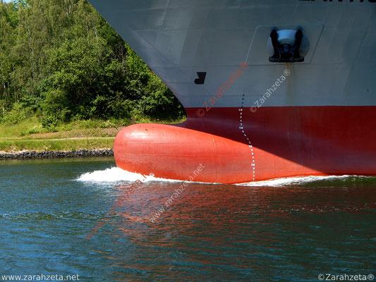 Roter Schiffsbug im Nord-Ostsee-Kanal