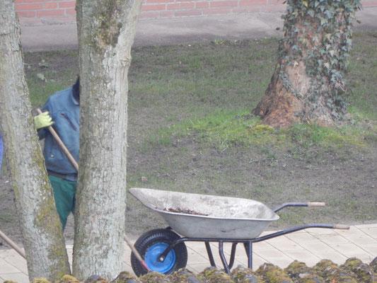 Endreinigung der Baustelle Kinderspielplatz mit Schubkarre