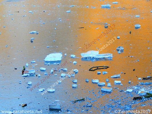 Eisschollen auf zugefrorenem See