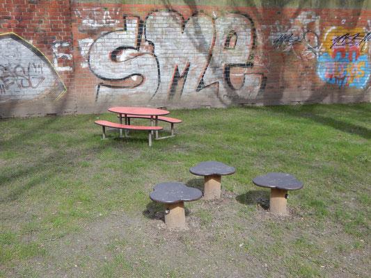 Neuer Kinderspielplatz mit Sitzgruppe