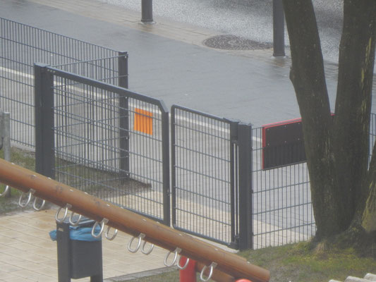 Gelber Infozettel wegen Absage der Einweihungsfeier Kinderspielplatz