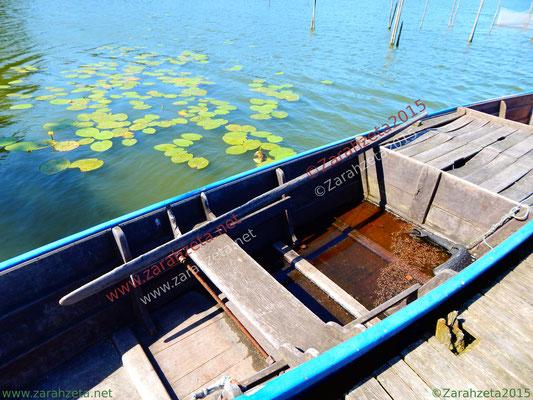 Fischerromantik mit altem Holzboot auf dem See