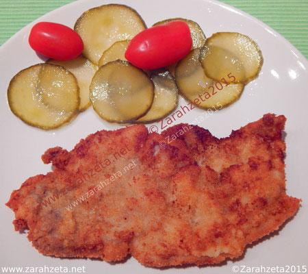 Paniertes Schnitzel mit Gurken und Tomaten