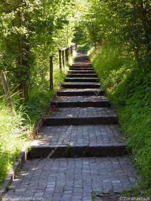 Gehweg in Treppenform nach oben
