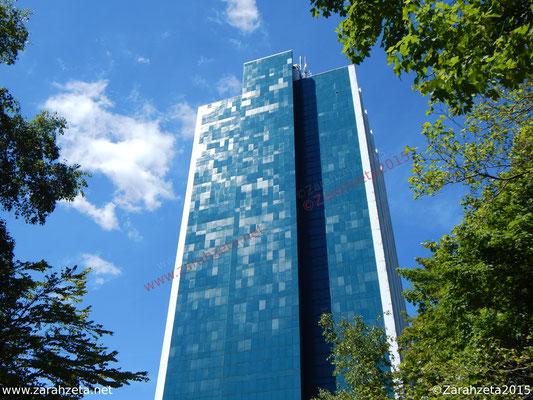 Blaue Hochhausfassade in der Sonne