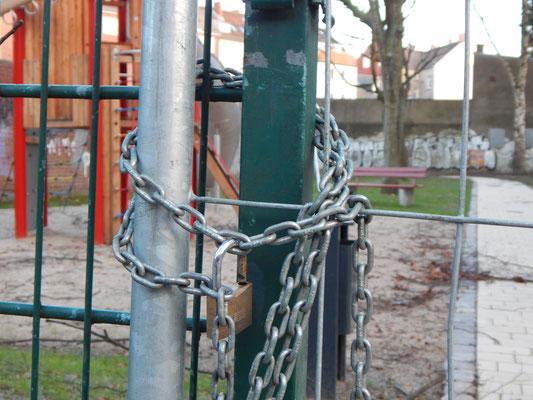 Mit Kette verschlossener Eingang zum Kinderspielplatz
