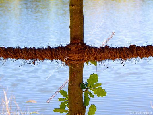 Naturkreuz aus Holz und Seilen