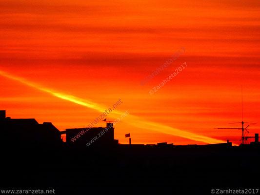 Roter Abendhimmel mit Streifen am Horizont