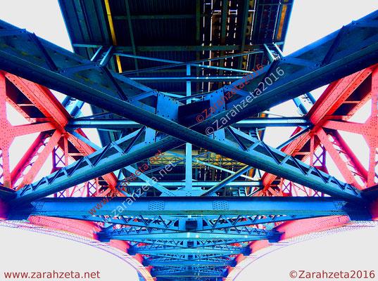 Unteransicht einer Brückenkonstruktion