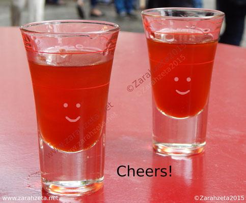 Zwei rote Schnapsgläser mit Smileys