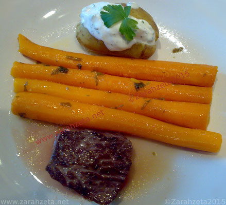 Rindersteak mit Karotten und Backkartoffel