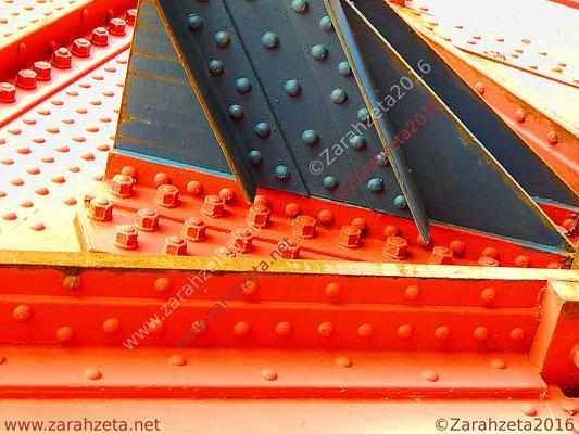 Schraubenkunst durch Schrauben, Farbe und Metall