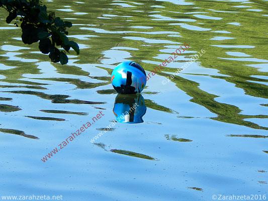 Blauer Spielball auf See
