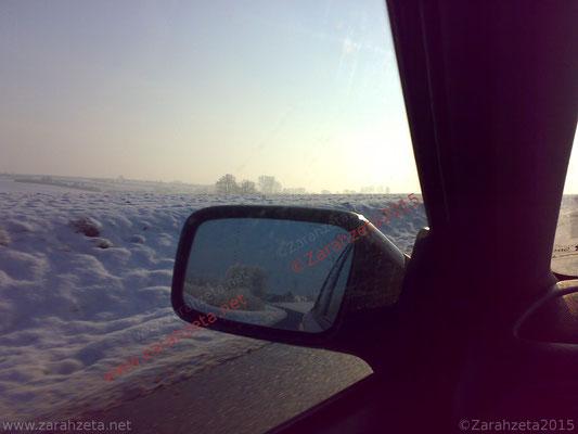 Schneelandschaft im Autospiegel