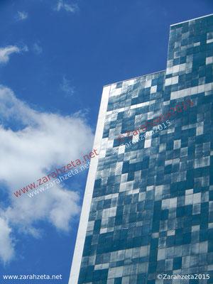 Glänzende, blaue Verkleidung der Fassade eines Hochhauses