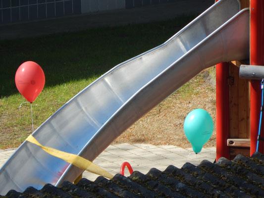 Luftballons an der Rutsche