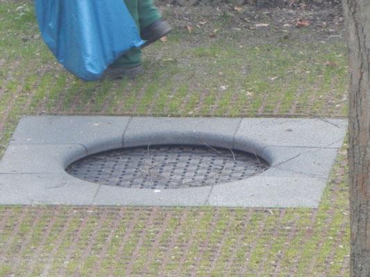 Trampolin im Boden auf dem Kinderspielplatz