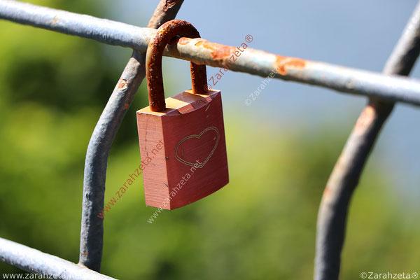 Rotes Schlossherz am Zaun