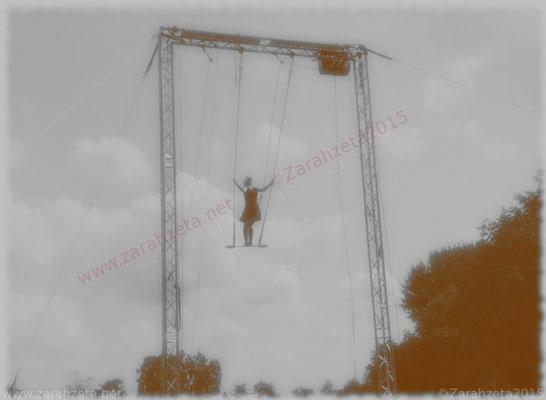Artistin am Trapez als Nostalgiebild